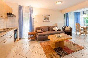 Küche und Wohnzimmer mit Wintergarten in Ferienwohnung A1